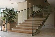 Balustrady schodowe szklane samonośne
